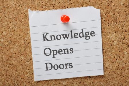 apalancamiento: El conocimiento abre las puertas frase en un pedazo de papel clavado en un tablón de anuncios. Un concepto para crear oportunidades a través de la experiencia, y educación Foto de archivo