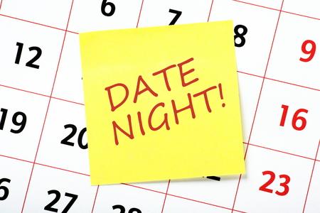 특별 이벤트의 알림으로 달력에 첨부 된 노란색 스티커 메모에 날짜 밤이라는 문구 스톡 콘텐츠