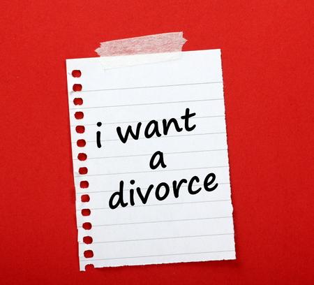 paper note: La frase que quiero un divorcio escrito en una nota de papel rayado pegado en rojo tabl�n de anuncios