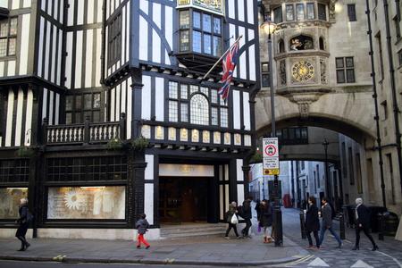 luxury goods: Londres, Inglaterra - 24 de enero de 2015: La gente que pasa por la entrada de la tienda Liberty en Regent Street, Londres. Inaugurado en 1875 la tienda se identifica con art�culos de lujo y dise�os cl�sicos.