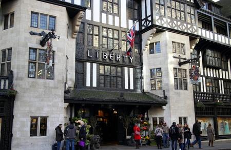 luxury goods: Londres, Inglaterra - 24 de enero de 2015: La gente de pie junto a la entrada de la tienda Liberty en Regent Street, Londres. Inaugurado en 1875 la tienda se identifica con art�culos de lujo y dise�os cl�sicos.