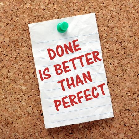 Der Ausdruck Fertig ist besser als perfekt auf einem Papier zur Kenntnis zu einem Kork Brett. Im Interesse der Produktivität ist es manchmal besser, Dinge zu erledigen, und nicht warten, bis Perfektion Standard-Bild - 36500872