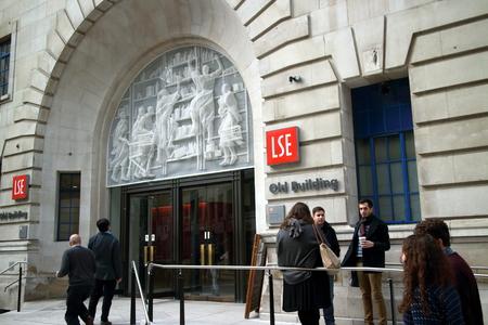 ロンドン、イギリス - 2015 年 3 月 17 日: 人々、ロンドン スクール オブ エコノミクス、古い建物の入り口。1895 年に設立され、学校は 140 カ国以上か