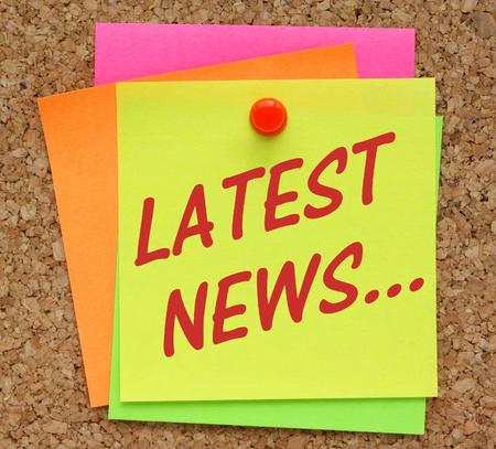 comunicación escrita: La frase Últimas Noticias en texto rojo en una nota adhesiva amarilla envió a un tablón de corcho Foto de archivo