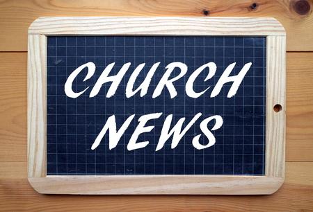 スレート黒板に白い文字でフレーズ教会ニュース 写真素材