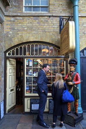 tabaco: Londres, Inglaterra - 09 de septiembre 2015: La gente en la visualización de la ventana de Segar Tabaco Parlour en Covent Garden, Londres. La tienda es un minorista especializado de productos y accesorios relacionados con el tabaco Editorial