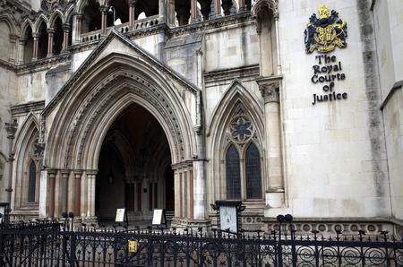 justicia: Londres, Inglaterra - de sept 09, 2015: Fachada exterior de la Corte Real de Justicia de Londres, Inglaterra que muestra el escudo de armas de los tribunales y el arco de la entrada principal