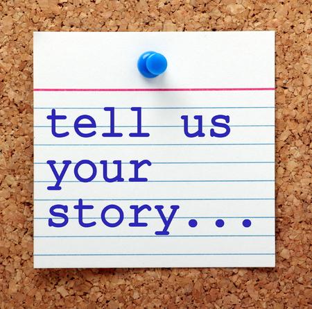 Les mots nous raconter votre histoire en bleu sur une carte de note épinglée à un avis de liège comme un rappel pour vous de préparer vos antécédents de carrière et de l'expérience Banque d'images - 57606471