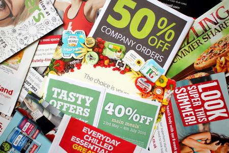 LONDON, Großbritannien - 25. Juli: Probe von Junk-Mail zu einem privaten Wohnsitz in England gelieferten Artikel als Werbung für lokale Einzelhandelsgeschäfte und Dienstleistungen