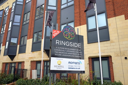 oficina antigua: Bracknell, England - February 26, 2017: Sign outside the Ringside building in Bracknell, England advertising luxury apartments.Ringside is an example of property development in former office buildings