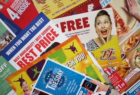 リーフレットやパンフレットのサンプルまたは迷惑メールがローカル小売店やサービス事業を宣伝するうえ、イギリスのプライベート アドレスに配 報道画像