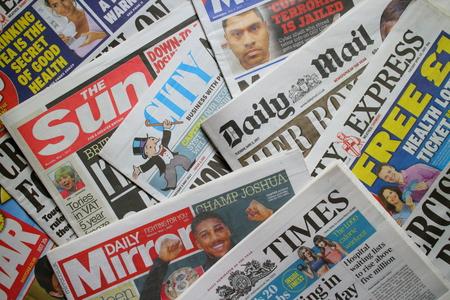 Bracknell, England - 09. Mai 2017: Eine zufällige Auswahl von britischen Tageszeitungen, die derzeit im Umlauf sind Standard-Bild - 78216595