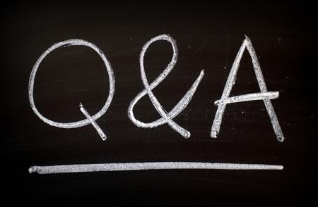 Die Buchstaben Q & A mit weißer Kreide von Hand auf eine Tafel geschrieben