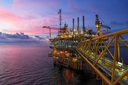 offshore-rig in de schemering