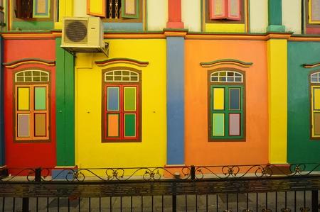 Persiane colori e la facciata di colore di edificio a Little India, Singapore
