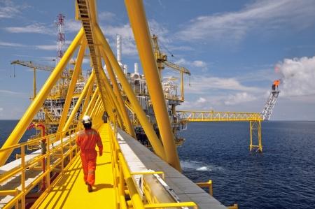 ガスのフレアは、タイ湾の石油掘削プラットフォーム上