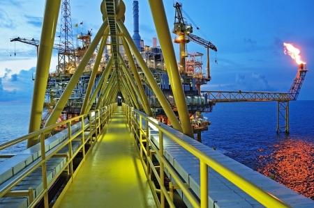 torre de perforacion petrolera: La quema de gas se encuentra en la plataforma de la plataforma petrolera en el Golfo de Tailandia