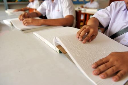 braile: Al leer el libro en Braille