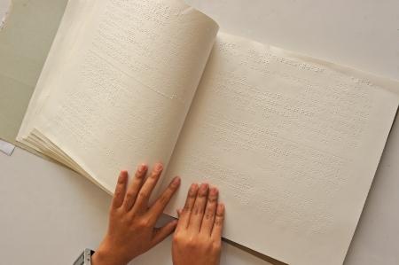 braille: Leyendo el libro de Braille