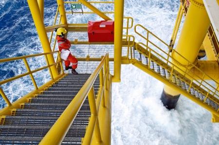 torres petroleras: trabajador en alta mar en la plataforma plataforma Foto de archivo