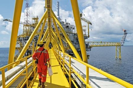 plataforma petrolera: Songkla - 15 de octubre: los trabajadores con equipo de perforación costa afuera en el golfo de Tailandia de la costa Songkra aproximadamente 230 km, Tailandia el 15 de octubre de 2008.