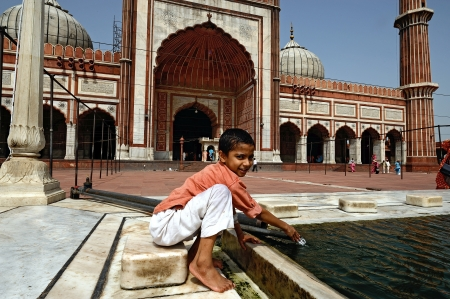 jama mashid: DELHI - AUG 08: A boy cleans himself in the courtyard of Jama Masjid Mosque on August 8, 2009 in Delhi, India.
