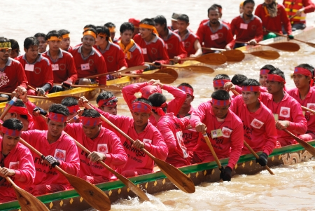 catchment: PIJIT, THAILAND - SEP 7 : Unidentified crew in traditional Thai long boats competiton on September 7, 2008, Pijit province, Thailand.