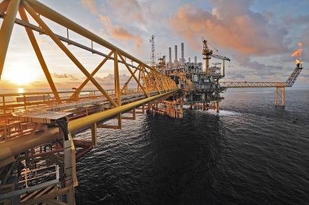 torre de perforacion petrolera: el crep�sculo de una plataforma petrolera en alta mar en Tailandia. Foto de archivo