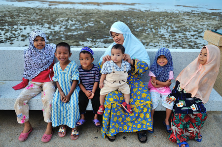 PHUKET, THAILAND - JANUARY 17 : Unidentified muslim family on the Phuket beach on January 17, 2010 in Phuket, Thailand.  新聞圖片
