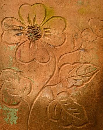 울타리 벽에 꽃 퇴폐 배경을 조각하는 오래된 석조 스톡 콘텐츠