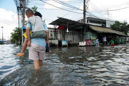 SAMUTPRAKARN, THAILAND - 8 november: Zware overstroming van moessonregen en vloed van de zee in Samutprakarn buurt van Bangkok op 8 november 2009 in Samutprakarn, Thailand. Stockfoto - 35733726