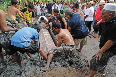 bury: BANGKOK, THAILAND - AUG 04: Unidentified muslim people bury dead body on August 4, 2010 in Bangkok Thailand.