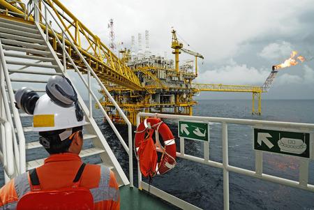 石油労働者と石油リグ 写真素材