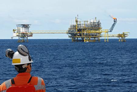torres petroleras: trabajador petrolero y plataforma petrolera