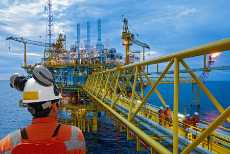aceites: trabajador petrolero y plataforma petrolera