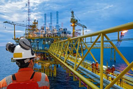 pozo petrolero: trabajador petrolero y plataforma petrolera
