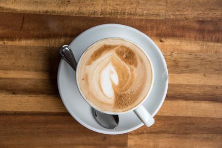 taza cafe: Vista desde arriba Taza de café en madera vieja