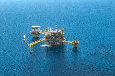 plataforma: Plataforma de petróleo y gas en el Golfo o el mar, El mundial de energía, petróleo y construcción de equipo de perforación. Foto de archivo