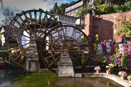 molino de agua: Molino de agua en Lijiang, Yunnan, China.It es los signos de la ciudad vieja de Lijiang. Foto de archivo
