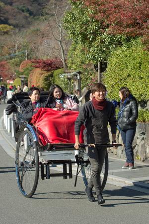 rikscha: KYOTO, JAPAN - 26. November: Rikscha in Kyoto, Japan am 26. November 2015. Nicht identifizierter Mann mit einer Rikscha und Touristen in der N�he von Tenryuji Temple Editorial