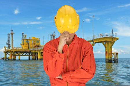 trabajador petroleros: Trabajador petrolero en uniforme naranja y casco de fondo aparejo