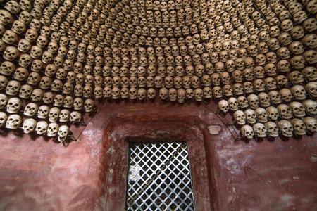 Rangée de crânes. Un sanctuaire orné de crânes à Larung gar (bouddhiste Academy) dans le Sichuan, en Chine Banque d'images - 58211153