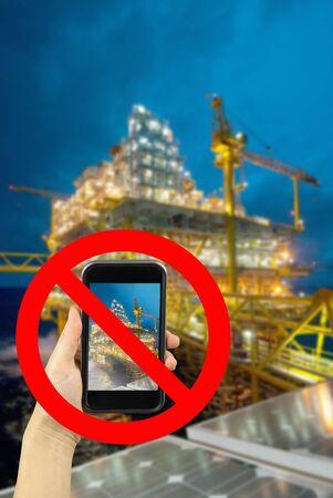 prohibido: prohibida photography Plataforma con smartphone Foto de archivo