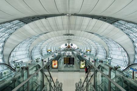 Bangkok,Thailand - January 17,2017: Toursit walking in Suvarnabhumi Airport in Bangkok ,Thailand. This airport is the worlds third largest single building airport terminal designed by Helmut Jahn. Редакционное