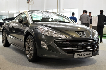 Bucarest, Rumania, 13 de octubre de 2012 - Peugeot RCZ Sport se muestra a la 4Tuning Fest 2012 Salón del Automóvil (lado frontal) Editorial