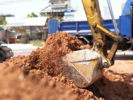 Laders werken met kiepwagens op de snelwegen van Thailand Stockfoto