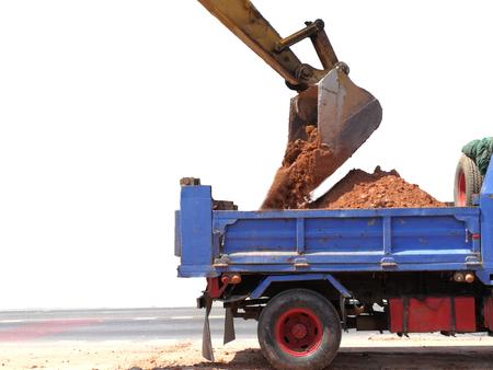 ローダーは、タイの高速道路でダンプ トラックを使用しています。