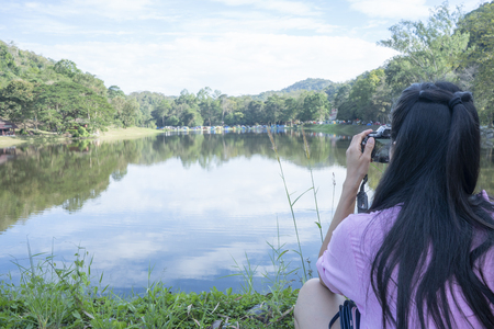 People who do not see the face are watching the view in the reservoir. Imagens