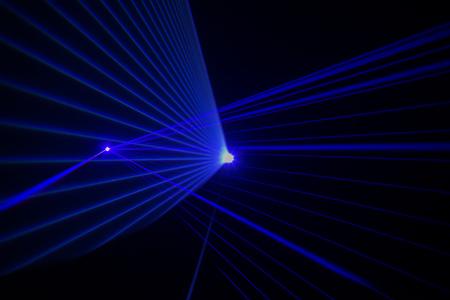 Efecto láser de colores sobre un fondo negro liso Foto de archivo