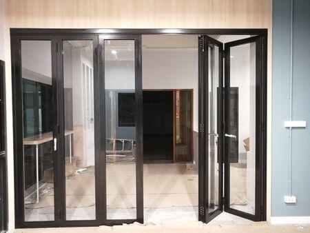 Modernes Aluminiumglasmuster auf dem architektonischen Hintergrund Standard-Bild